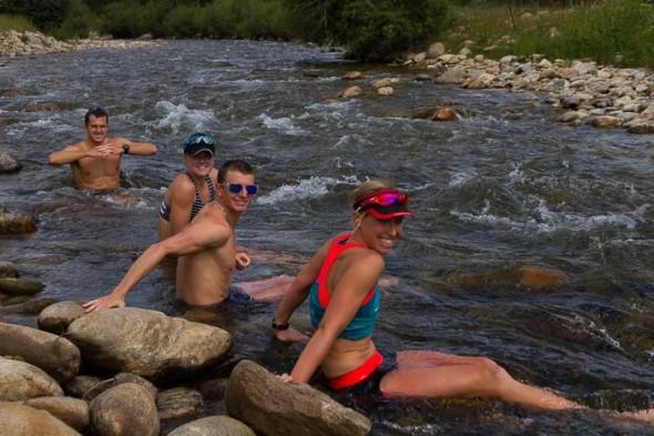 Lisa Norden, dan Hugo, Flora Duffy och Brad Weiss uppe i Boulder Creek efter ett långpass löpning