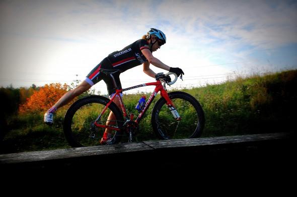Lisa Norden hoppar på cykeln